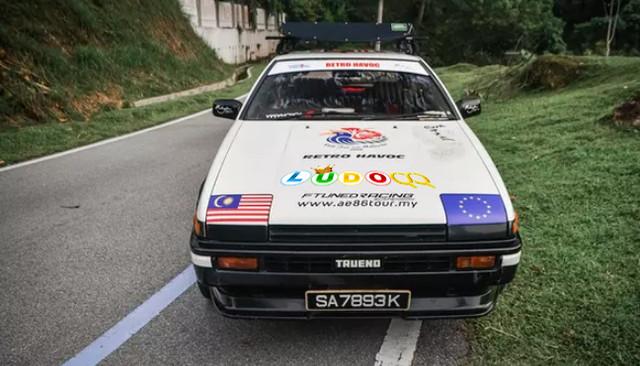 Demi Nikahi Kekasih, Pria Ini Tempuh Perjalanan 32.000 Km Dengan Mobil