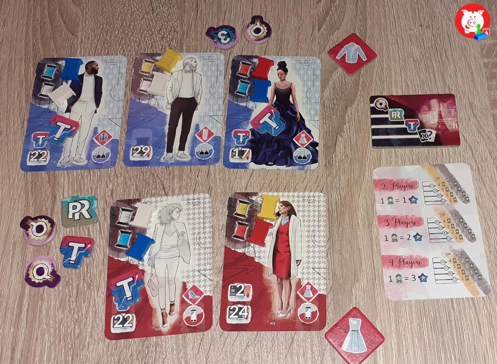 De speler met de (blauwe) nachtmode scoort de eerste plaats op kwalitelt (4 tokens), en grootste collectie. De spelers met de (rode) casual mode scoort de eerste plek op PR. Beiden hebben evenveel trend tokens en zijn daardoor gedeeld tweede. De blauwe speler krijg daarom 5 (4+1+0) prestige en de rode 3 (3+0).