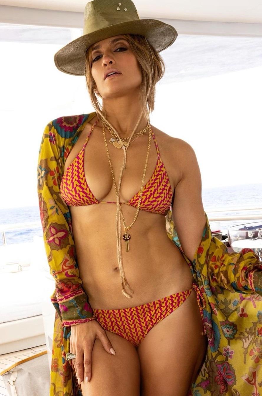 Jennifer Lopez, look Valentino e bacio con Affleck