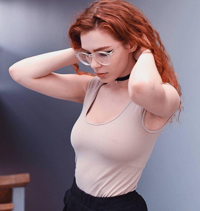 Карина Силантьева в бежевой майке и очках