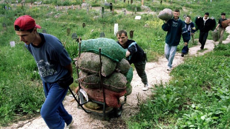 بوسنيون ينقلون الإغاثة للمحاصرين في مدينة سراييفو التي حوصرت 43 شهرا