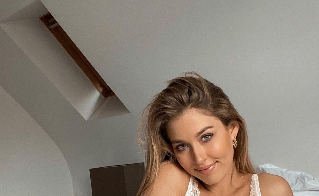 Deborah-Tramitz-Wallpapers-Insta-Fit-Bio-3