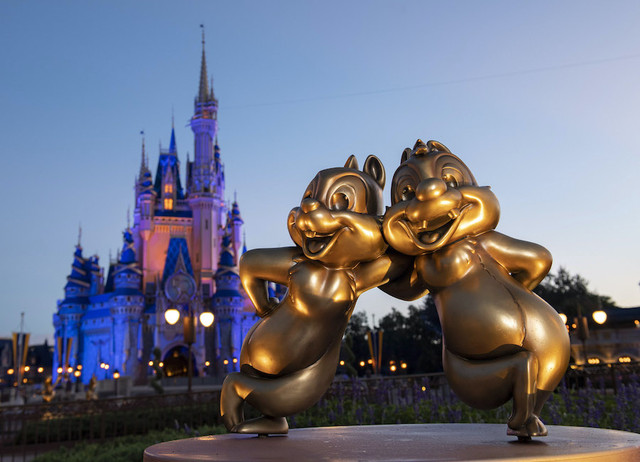 50 ans WDW : le point et le bilan - Page 6 Chip-n-Dale-are-two-of-the-Disney-Fab-50-golden-character-sculptures-appearing-in-all-four-Walt-Disn