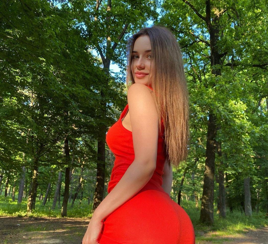 Anya-Desyatnikova-Wallpapers-Insta-Fit-Bio-13
