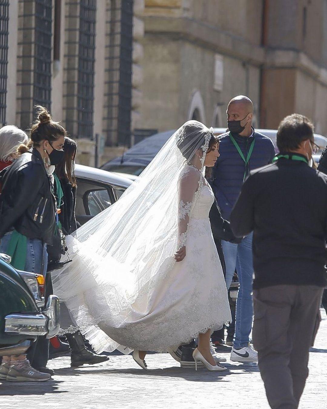 Lady Gaga sposa sul set di House of Gucci: le foto