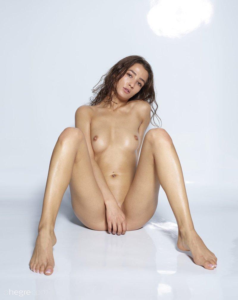seductive-vixen-sashenka-poses-naked-wearing-just-her-running-sneakers-11-w800