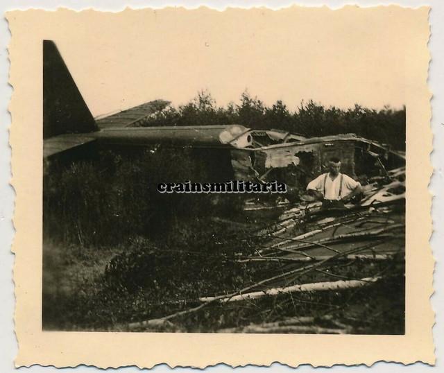 Orig-Foto-Soldat-bei-russisches-Flugzeug-Wrack-Bomber