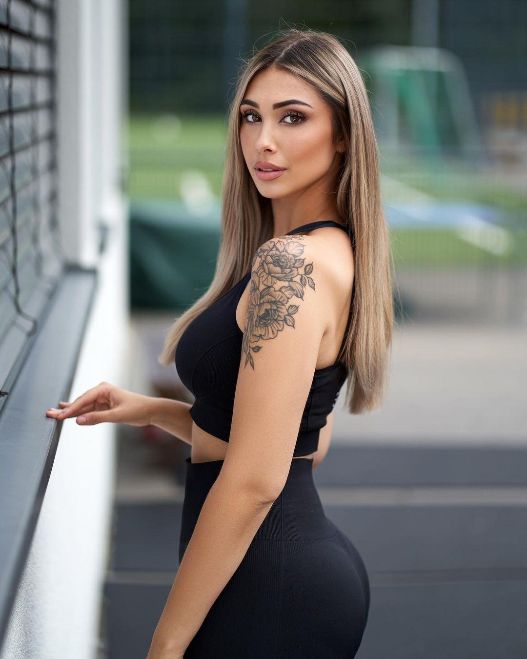 Celine-Lara-Sophie-Wallpapers-Insta-Fit-Bio-Celine-Bretz-Wallpapers-Insta-Fit-Bio-6