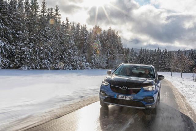 Direction les sommets : les électriques Opel à l'aise en montagne 02-Opel-510345