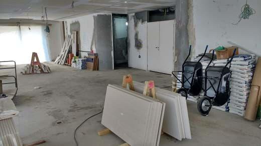 Funcionários trabalhando em fase avançada na reforma do novo Apartamento São Paulo