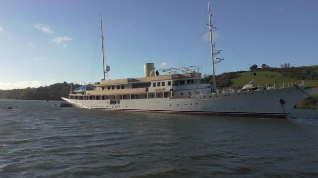 06-big-yacht