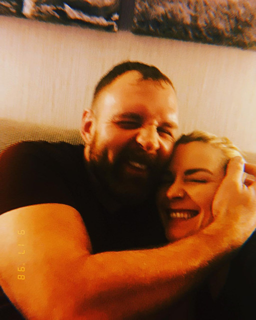 Renee Young embarazada de Moxley