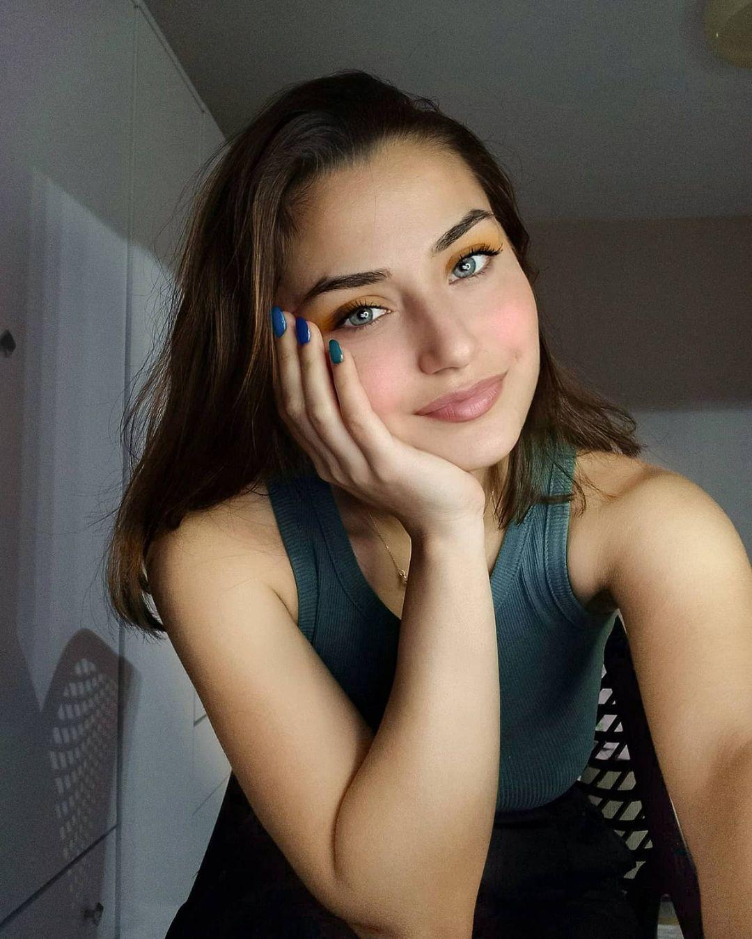 Aleyna-Bagdacicek-Wallpapers-insta-Fit-Bio-2