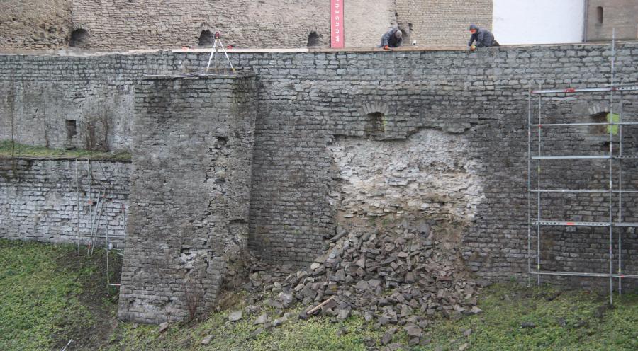 Нарвский замок: начались работы по укреплению северной крепостной стены