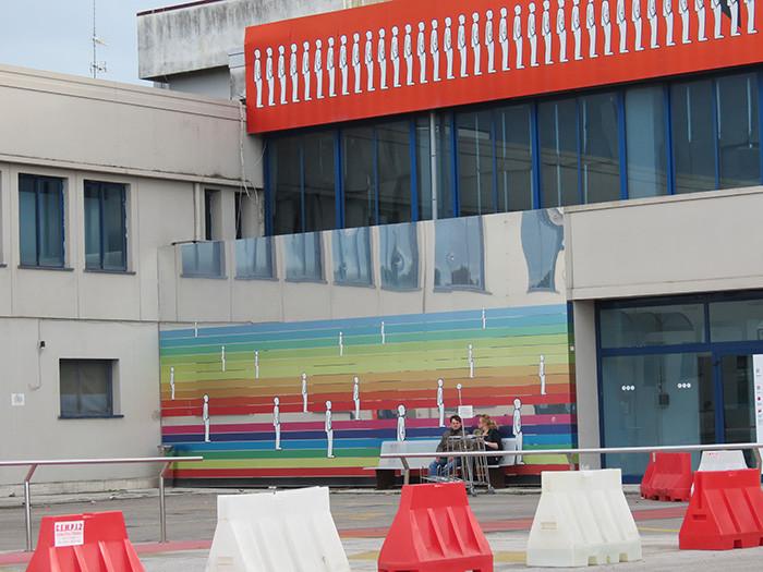 Две радуги в итальянском аэропорту Римини. Одна горизонтальная, вторая - вертикальная.