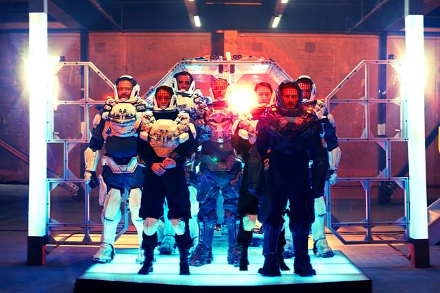 布魯斯威利《終極異噬界》變身戰鬥鋼鐵人  力抗外星活屍攻佔地球 002