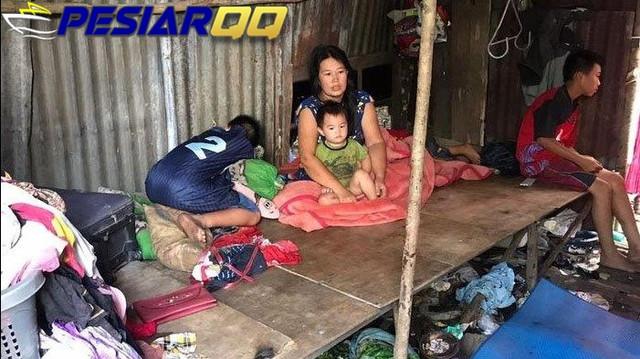 Viral Keluarga Hidup di Gubuk Kandang Ayam Dapat Bantuan Rumah Malah Dijual, Suami Pakai Motor Mahal