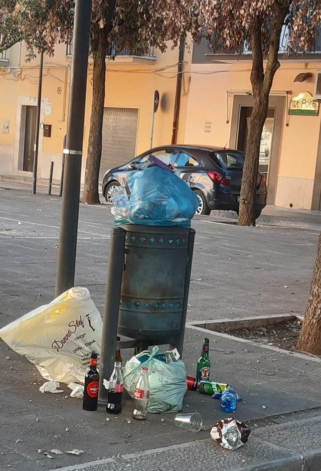 piazza-dalla-chiesa-rifiuti-abbandonati