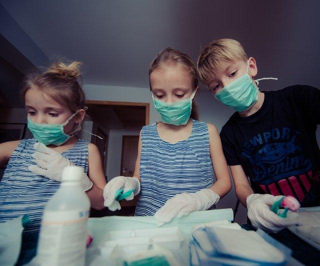 Na začátku pandemie děti neměly dostatek ochranných pomůcek (Zdroj: Fotobanka Pexels)