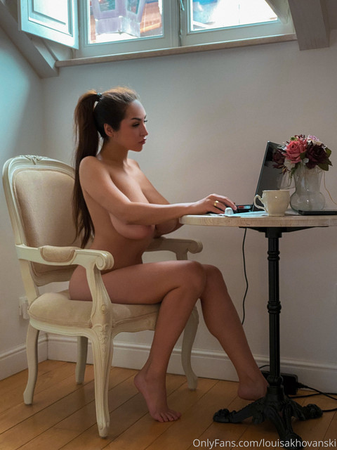 louisakhovanski-04-08-2020-92385599-My-working-place-on-the-next-few-weeks