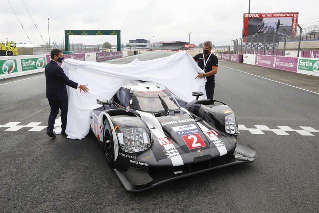 Porsche remet la maquette de la 919 Hybrid au club automobile français  S20-4330-fine