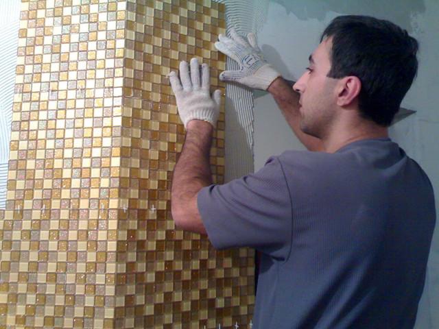 Укладка мозаики на стену в ванной