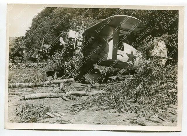 Zerst-rte-Sowjet-J-ger-auf-einem-Flugplatz-Pressefoto