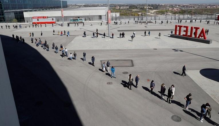 UVJERENI U DOBROBIT VAKCINE: Građani Madrida stoje u kilometarskim redovima kako bi primili vakcinu AstraZenece
