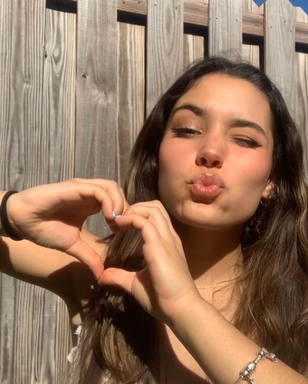 Alejandra-Olivera-Wallpapers-Insta-Fit-Bio-10