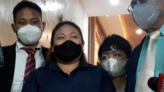 Olivia Nathania didampingi kuasa hukumnya saat ditemui awak media usai diperiksa penyidik Polda Metro Jaya terkait kasus dugaan penipuan CPNS, Senin (11/10/2021).