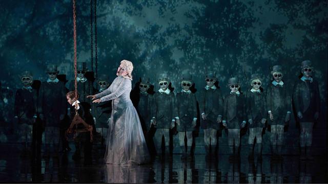 Sophie-Bevan-as-Tytania-with-a-chorus-of-fairies.jpg