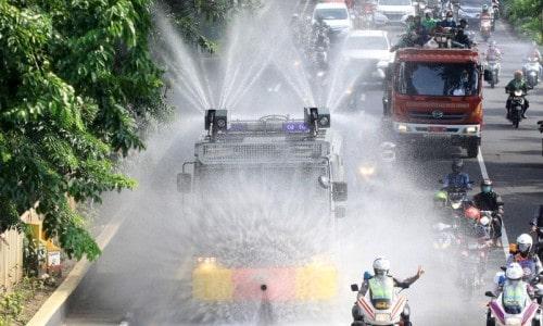 Penyemprotan Disinfektan di Jalanan: Marak di RI, Dinilai Konyol WHO