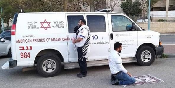 Foto Langka Tim Medis Corona Muslim dan Yahudi Ibadah Bersama