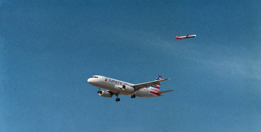 """UFO in Volo: pilota American Airlines vede """"oggetto lungo e cilindrico"""""""