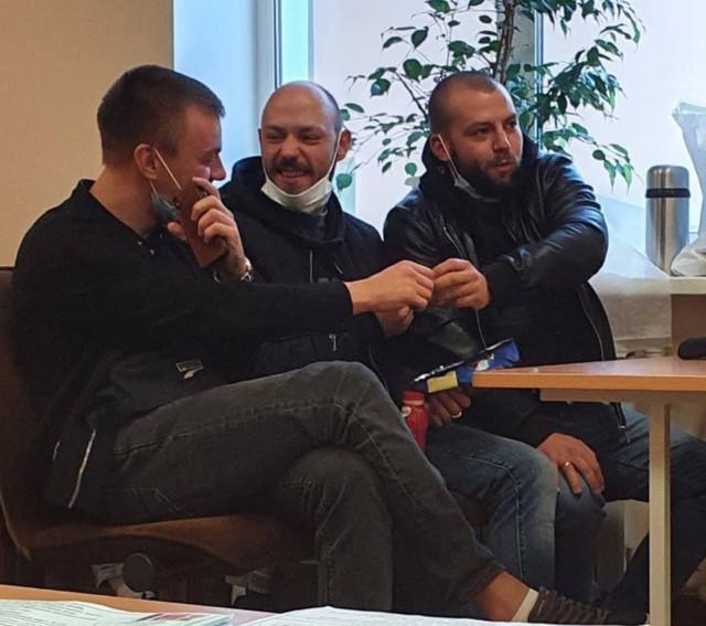 Молодые люди спортивного вида оказывают давление на членов избиркомов в Петербурге