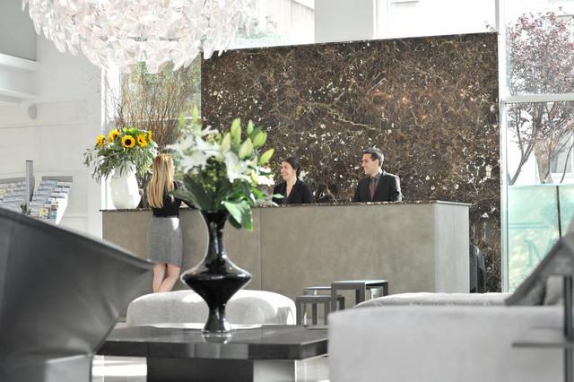 recepcion-athenaeum-palace-luxury-suites-travelmarathon-es