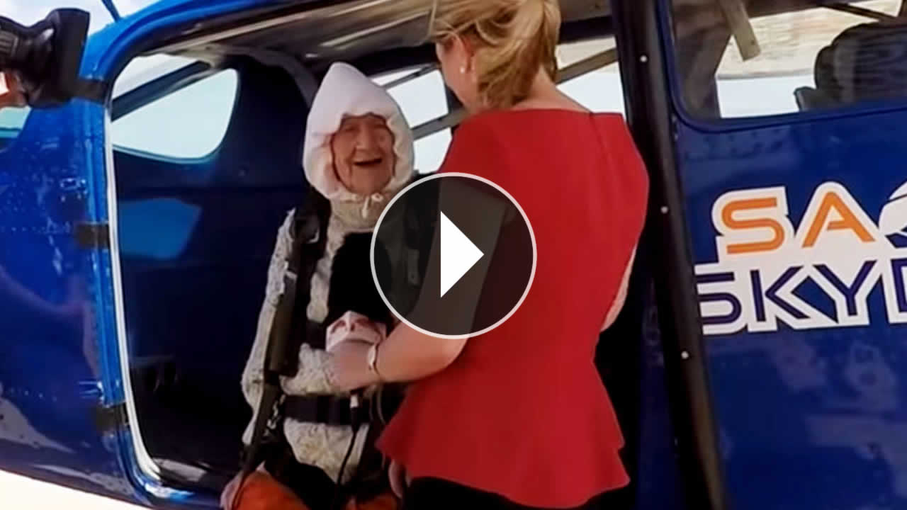 Una anciana de 102 años salta de un avión en paracaídas para generar conciencia sobre su hija