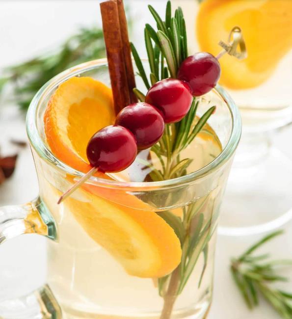 Белое пряное вино новогодний алкогольный коктейль