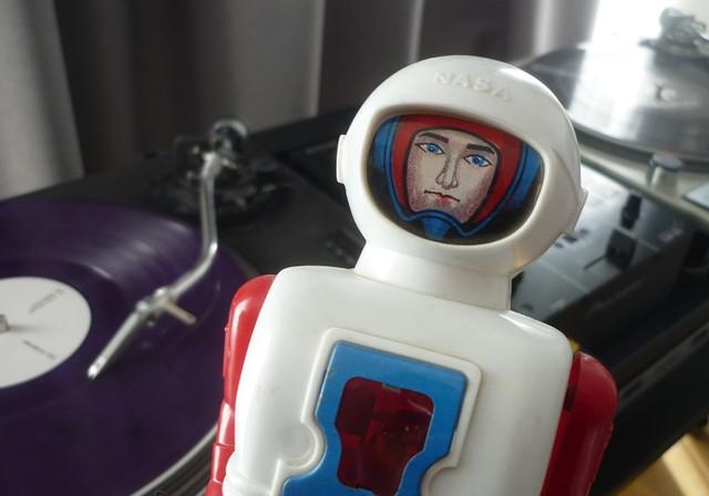 https://i.ibb.co/CzhzBxB/robot-room-4.jpg