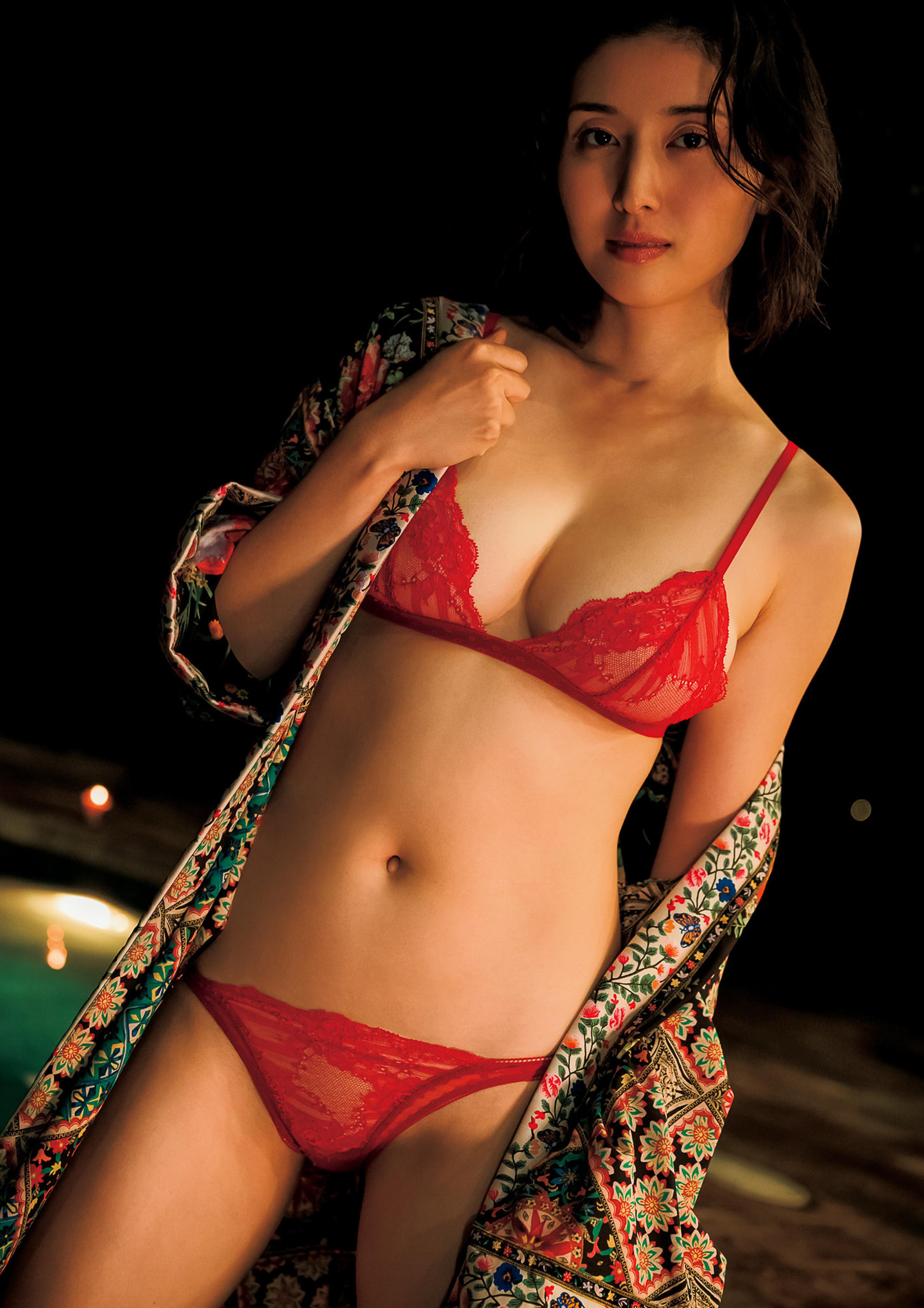 Hashimoto-Manami-db-hugging-in-Hawaii-059