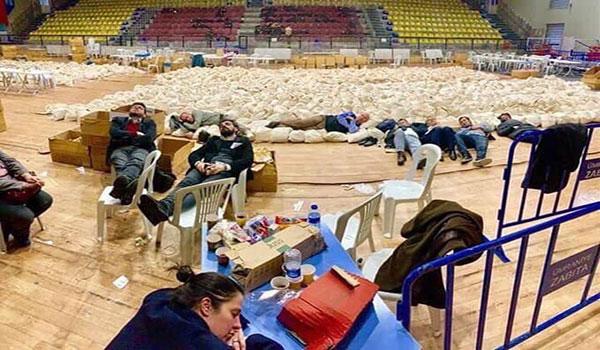 Oy çuvalları üzerinde uyuyan, nöbet tutan CHP'liler