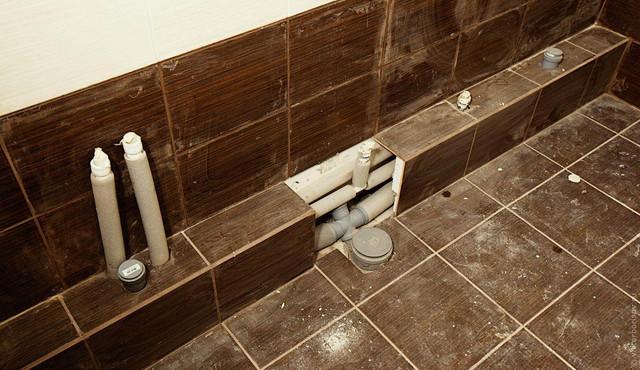 Трубы под плиткой в ванной