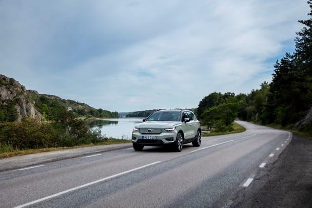 Les experts sécurité de Volvo Cars plaident en faveur de la technologie pour assister les conducteurs et limiter les distractions 271707-Volvo-XC40-Recharge-P8-AWD-in-Sage-Green