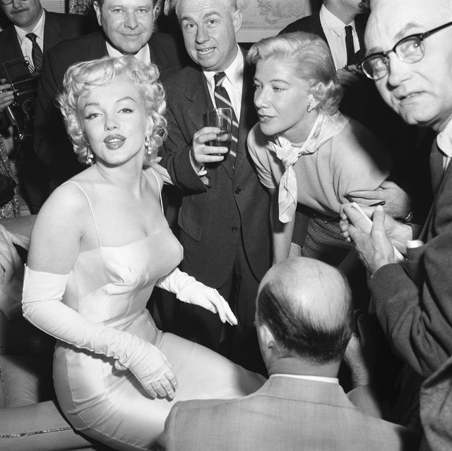 actress-marilyn-monroe-is-surrounded-by-photographers-and-news-photo-1618761517