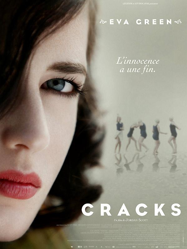 Смотреть Трещины / Cracks Онлайн бесплатно - За стенами элитной школы-интерната девочки занимаются в команде по плаванию и буквально...
