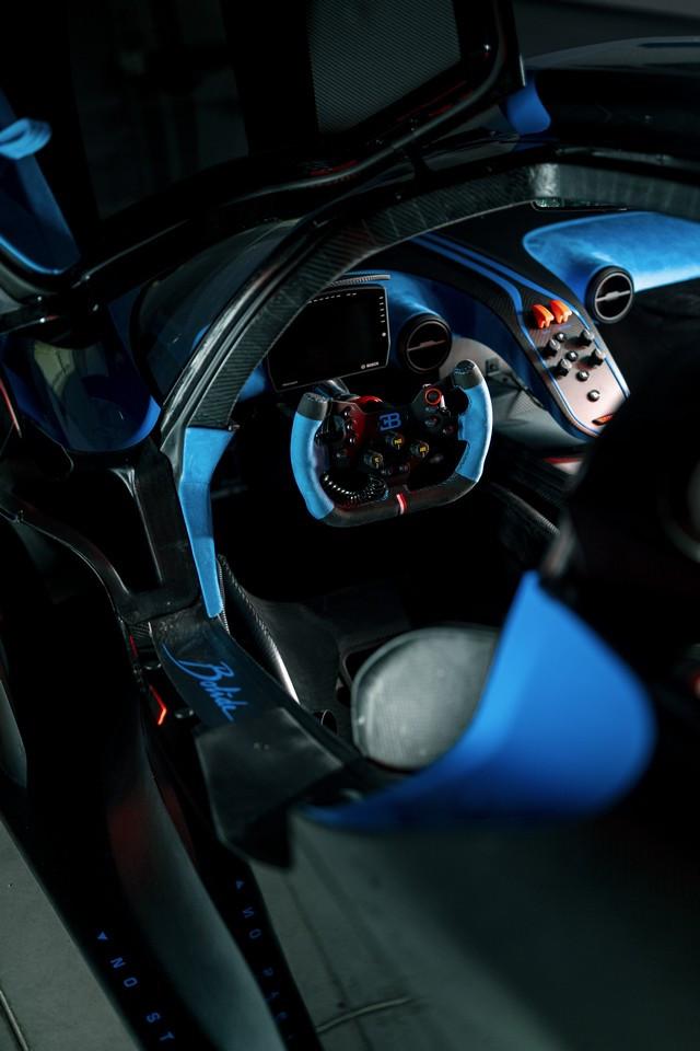 Le Bolide de Bugatti a reçu le Grand Prix de la plus belle hypercar de l'année  12-bugatti-interior-snap-2