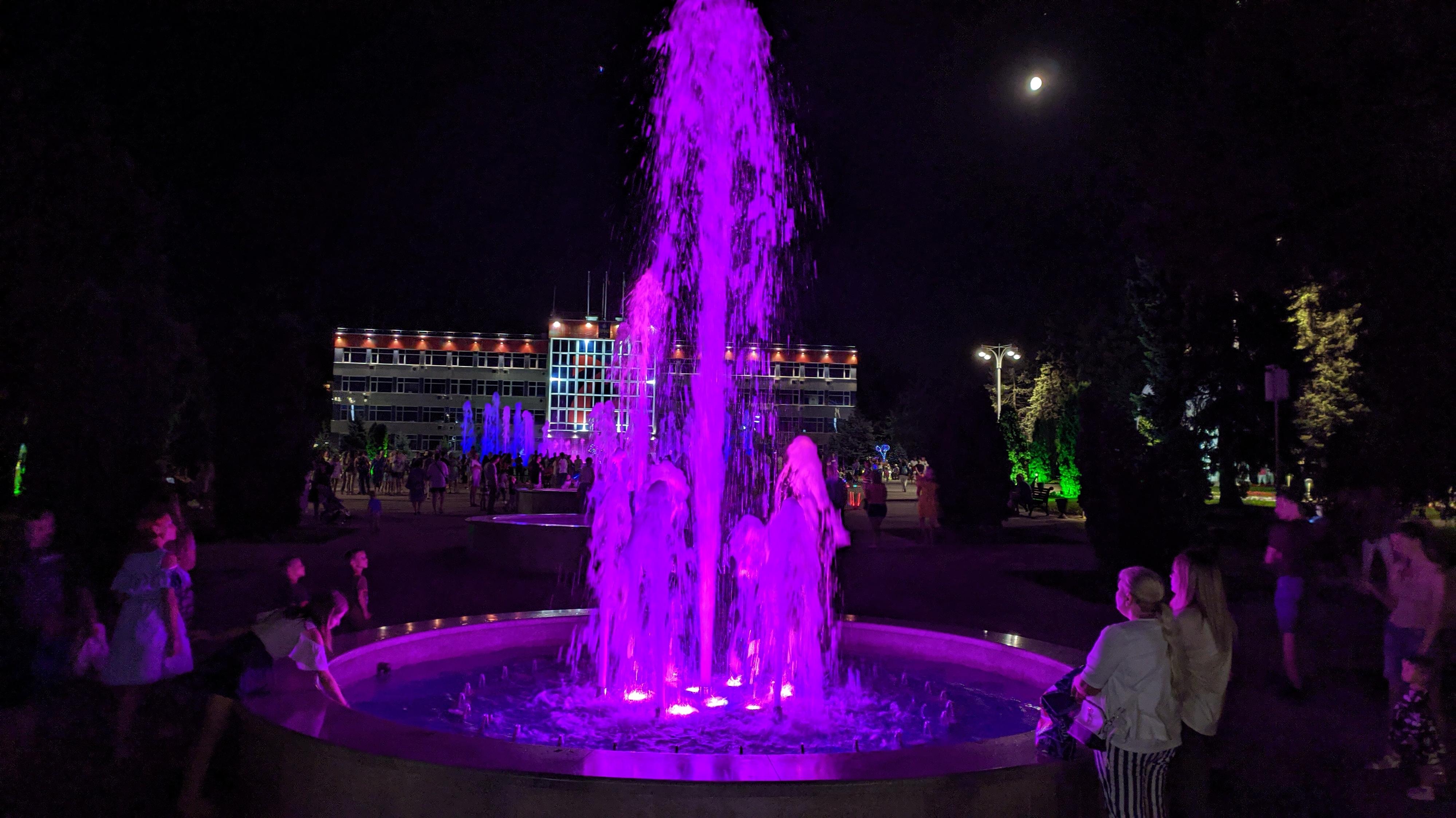 вечерний поющий фонтан