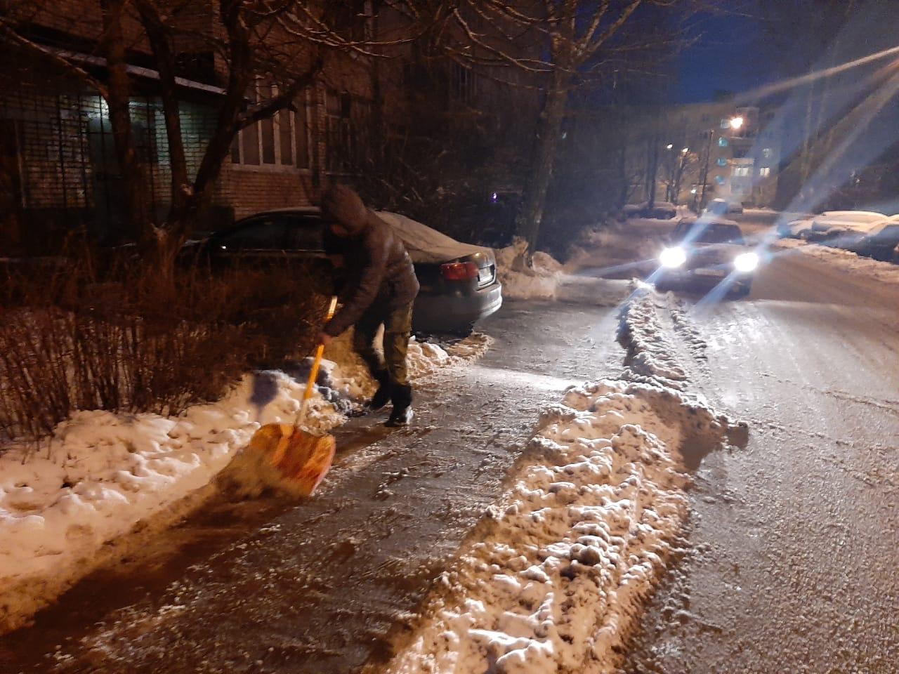 На протяжении праздников регулярно убирали снег и лёд