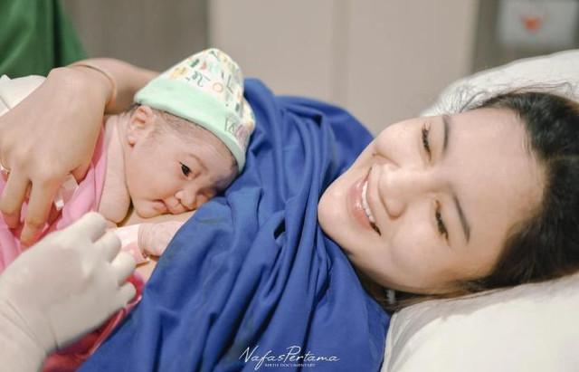 Momen kelahiran anak pertama Nella Kharisma dan Dory Harsa