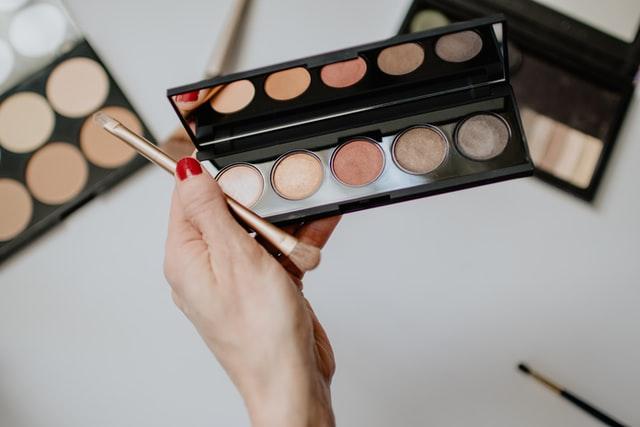 https://i.ibb.co/DVJdx01/makeup-kit.jpg